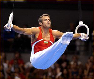 man demonstreert het crossfit onderdeel gymnastiek