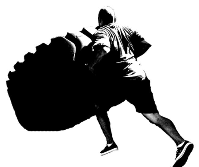man demonstreert het crossfit onderdeel strongman