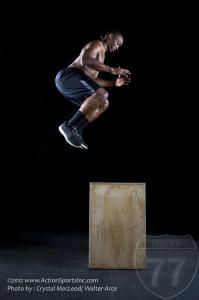 man doet plyometrische box jump