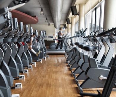 een aantal fitness apparaten