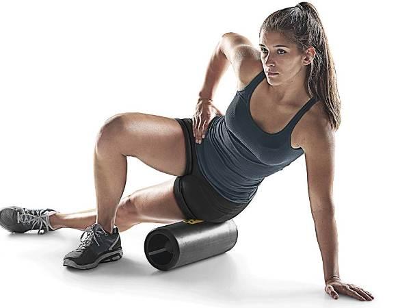 vrouw demonstreert de foam roller