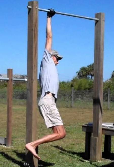 op een hand hangen is goed voor je grip kracht