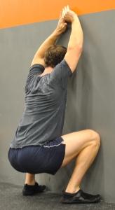 crossfitter doet een wall squat