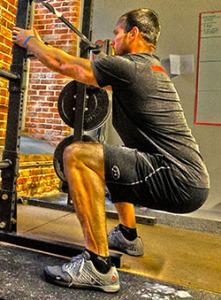man doet een pole squat