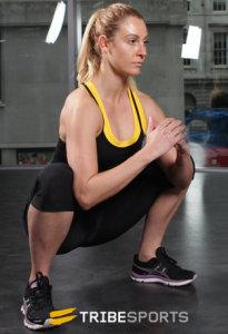 vrouw doet een zittende kniebuiging