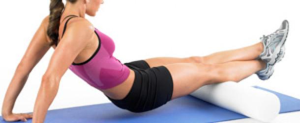vrouw gebruikt een foam roller