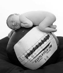 Baby aan het slapen op een bal strongfit community for Baby op zij slapen kussen