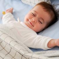 baby die aan het slapen is