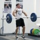 man doet een power clean