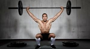 man doet overhead squat