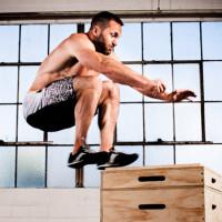 man doet box jumps