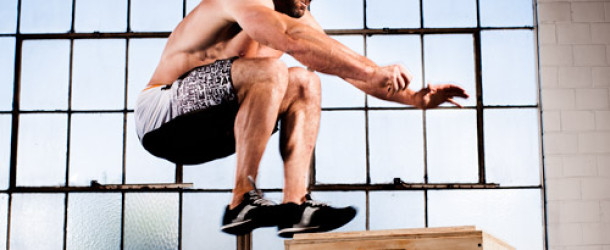 man doet box jumps